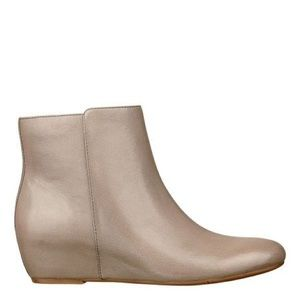 Nine West Size 9 hidden wedge fall bootie taupe